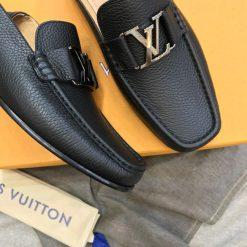 Mũi giày vuông vắn với khóa thép trắng nổi bật