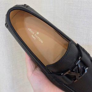 Phần lót giày có khắc chìm nơi sản xuất và in dòng chữ thương hiệu
