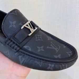 Phần mũi giày mọi LV 2019 này được bo viền gọn gàng