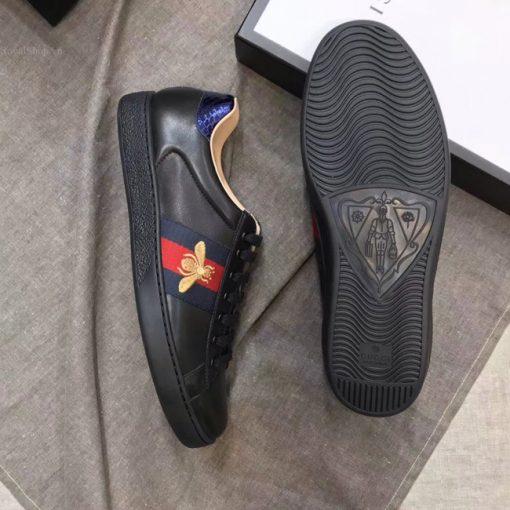 Đế giày được làm từ cao su đúc cao cấp