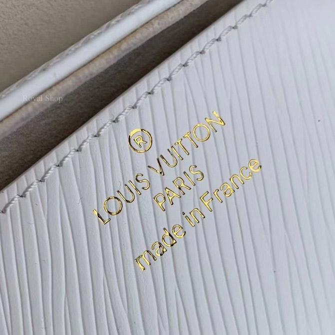 Phần chữ in gọn gàng trên túi xách LV LVTF8112