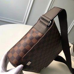 Trên tay túi LV nam đeo chéo N41031