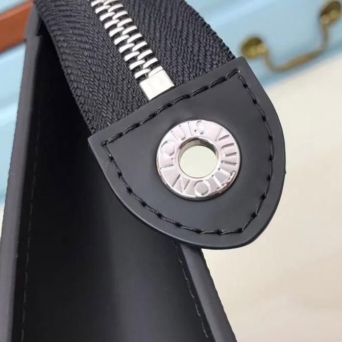 Từng chi tiết nhỏ đều được hoàn thiện tinh xảo trên túi Clutch nam LV LVTN8551
