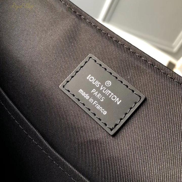 Chữ in trên thẻ da bên trong túi LV nam