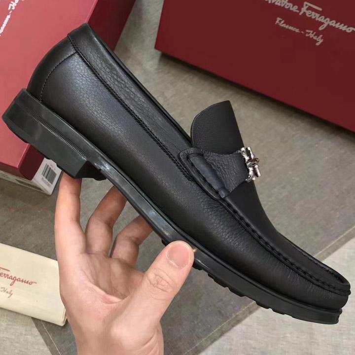 Các chi tiết nhỏ đều được làm tinh xảo trên giày Ferragamo