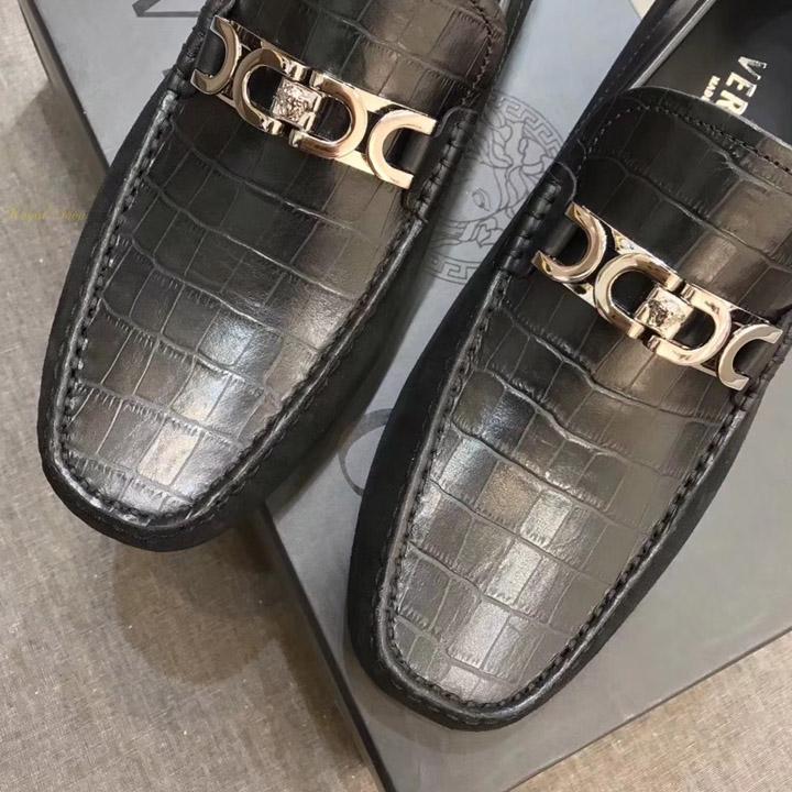 Mặt khóa kim loại medusa trên giày versace