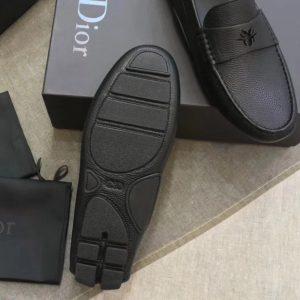 Phần đế giày được làm từ cao su đúc cao cấp