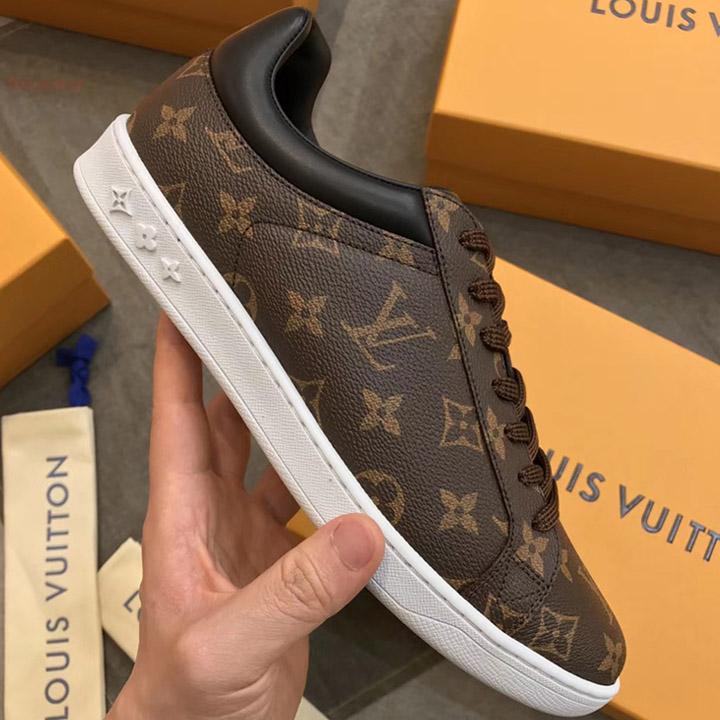 Trên tay giày LV sneaker họa tiết Monogram