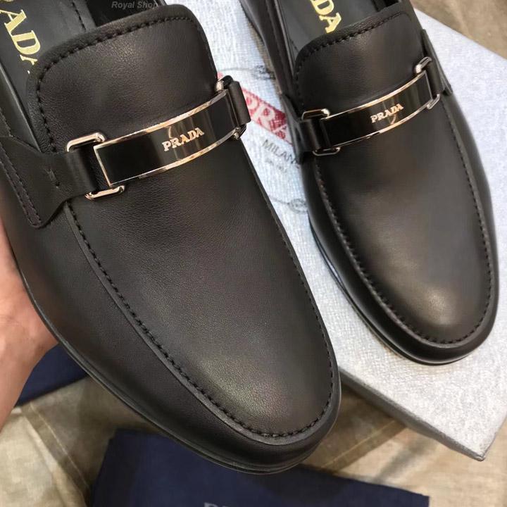 Mặt khóa ấn tượng của giày nam Prada