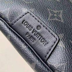 Phần chữ dập chìm phía ngoài túi LV