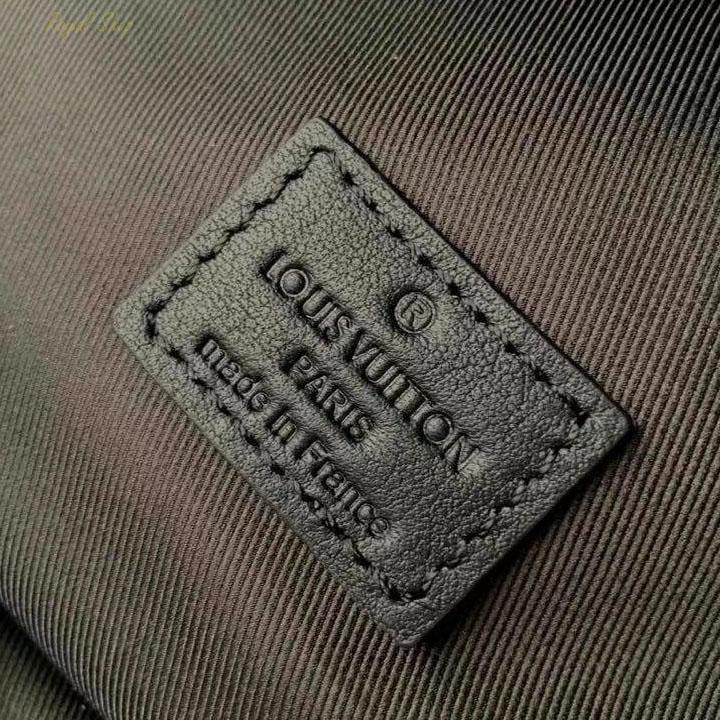 Thẻ da với phầ chữ dập chìm thương hiệu Louis Vuitton