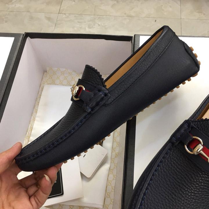 Trên tay giày Gucci nam da sần