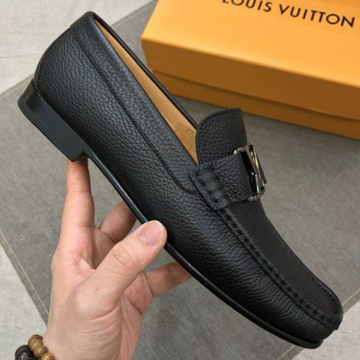 Trên tay giày LV loafer da sần