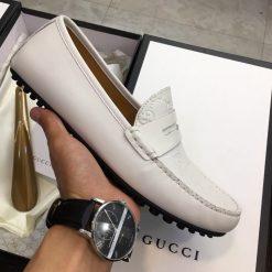 Trên tay giày nam Gucci