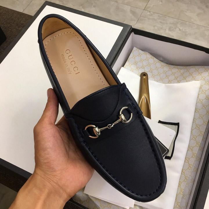 Trên tay giày nam Gucci cao cấp