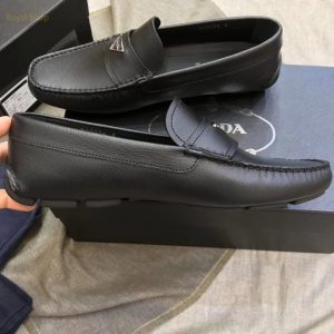 Trên tay giày nam Prada