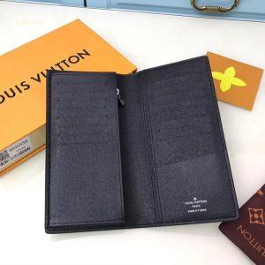 Bên trong của ví rộng rãi với nhiều ngăn chứa đồ