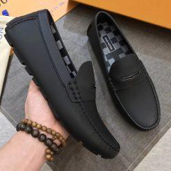Cảm giác chắc chắn khi cầm giày trên tay