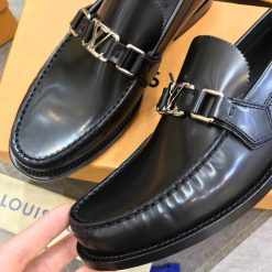 Chất liệu da bê trơn trên giày LV Loafer