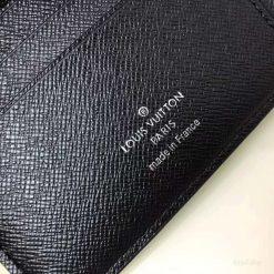 Chi tiết phần chữ in mặt trong của ví LV