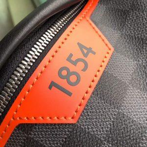 Logo 1854 trên túi LV nam