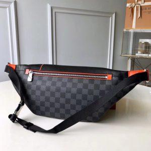 Mặt sau cảu túi đeo bụng LV M44445