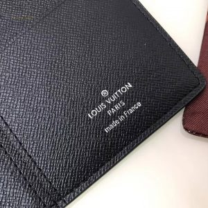 Phần chữ in trên da phía trong của ví