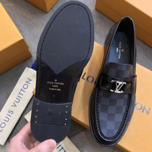 Phần đế giày được tán đinh đồng chắc chắn