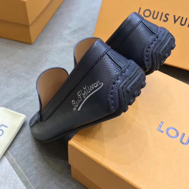 Phần gót của giày được dập chìm tên thương hiệu