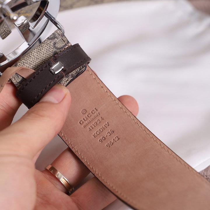Các dòng chữ dập chìm trên thắt lưng Gucci