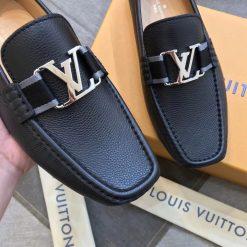 Chất liệu da bê sần trên giày Louis Vuitton