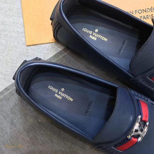 Lót giày với các dòng chữ được in và dập chìm
