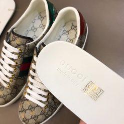 Phần lót giày với phần chữ dập chìm made in Italy