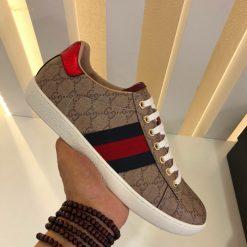 Trên tay giày nam Gucci Italy