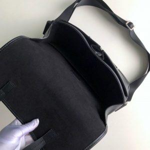 Bên trong túi LVTN8142