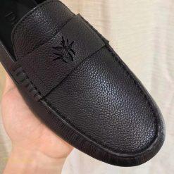 Giày sử dụng mặt khóa bằng da
