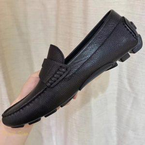 Phom giày được hoàn thiện tỉ mỉ những chi tiết nhỏ
