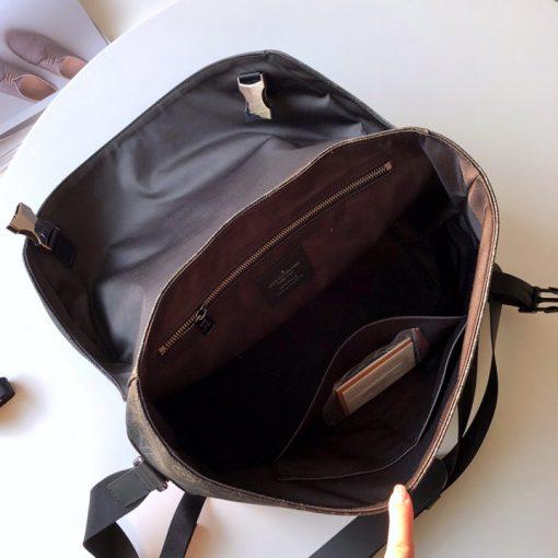 Bên trong túi xách được thiết kế khá rộng