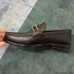 Cạnh bên của giày nam LV