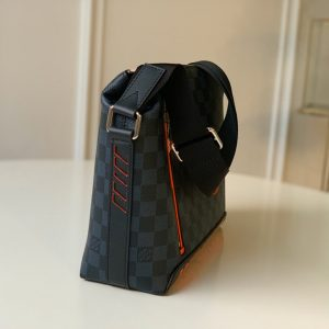 Chi tiết cạnh bên của túi đeo chéo LV siêu cấp