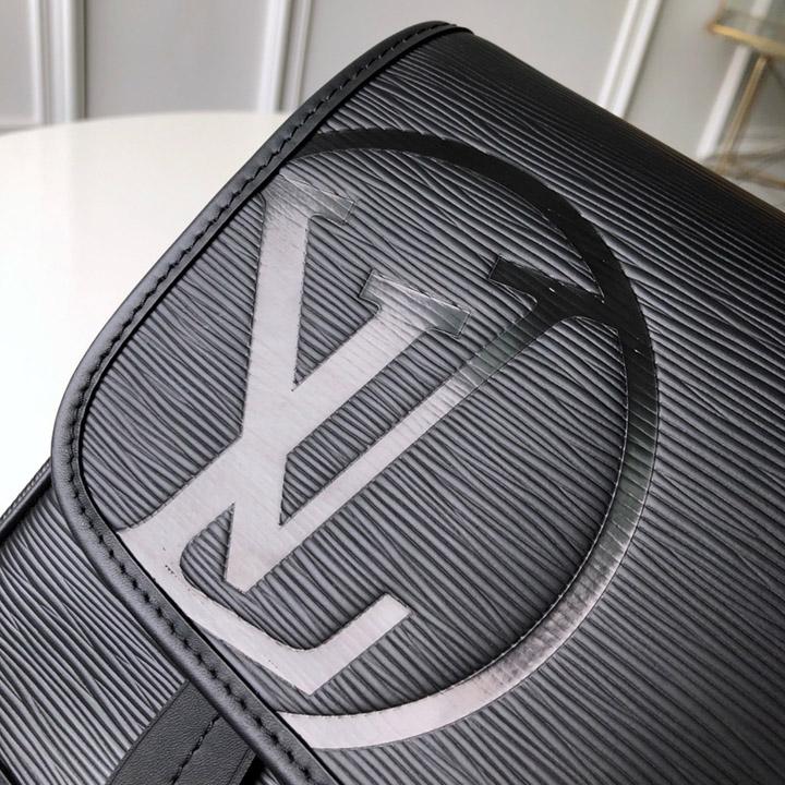Chữ LV được dập chìm trên da túi