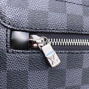 Chữ LV được khắc nổi trên mặt khóa kéo mặt sau túi
