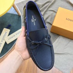 Giày được trang trí thắt nơ bằng da