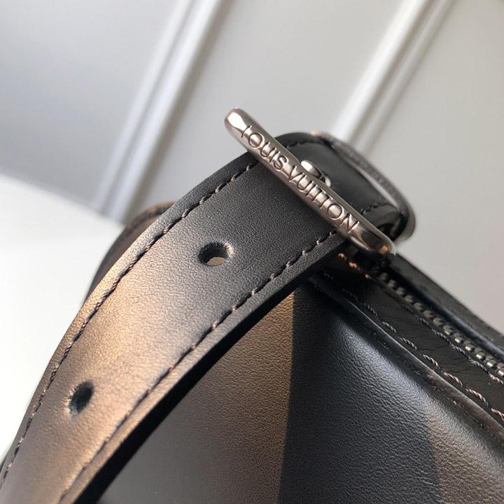 Móc dây đeo được khắc tên thương hiệu sắc nét