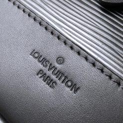 Tên thương hiệu được khắc trên bề mặt da túi