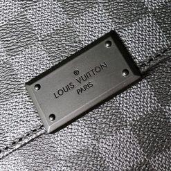Tên thương hiệu được khắc trên mặt khóa