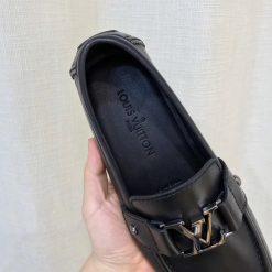 Tên thương hiệu và thông tin được dập chìm trên lót giày