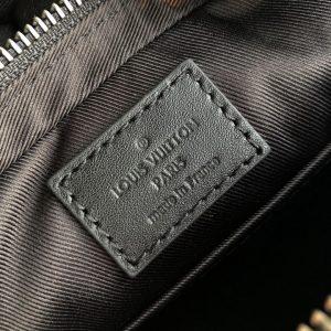Thông tin và tên thương hiệu được in lên thẻ da trong túi LV