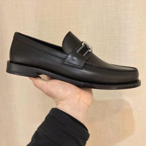 TRên tay giày nam LV