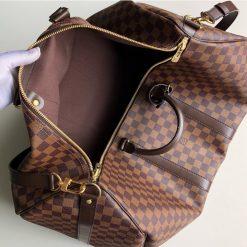 Bên trong túi du lịch Louis Vuitton